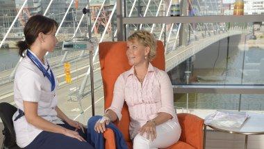 Rintasyöpäpotilas Anu ja sairaanhoitaja Malviin