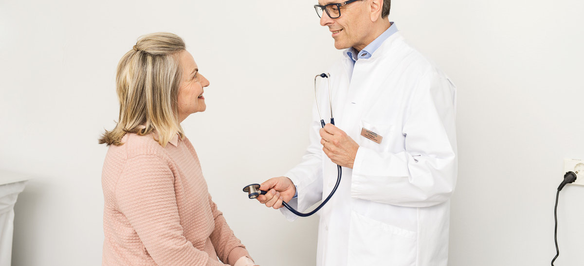 Potilas tapaa lääkärin vastaanottohuoneessa
