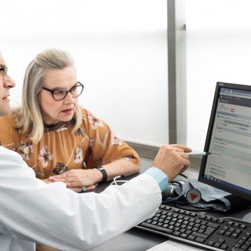 Lääkehoidon ylilääkäri Tuomo Alanko. Chief Physician, Tuomo Alanko with a patient.