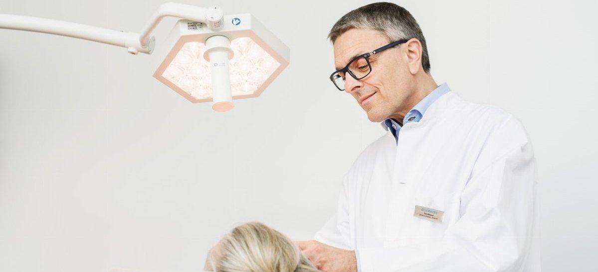 Tom Wiklund tekee ihotutkimusta potilaalle