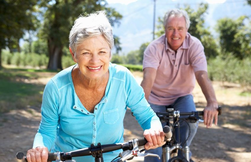 Pyöräilevä mies ja nainen