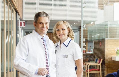 Docrates Syöpäsairaalan ylilääkäri Timo Joensuu ja röntgenhoitaja Outi Eloranta sairaalan aulassa
