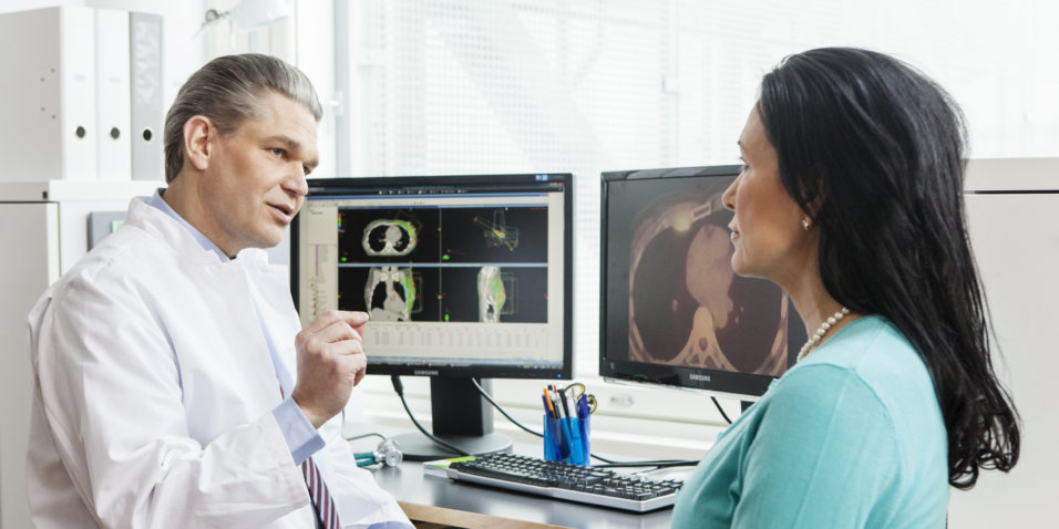 Naispotilas ja onkologi