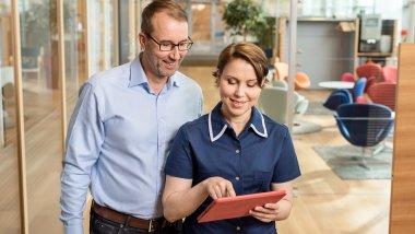 Hoitaja Liisa katsoo miespotilaan kanssa tablettia